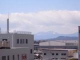 バルコニーからは丹沢の山並みが。