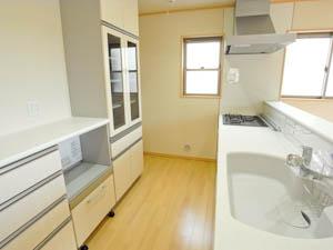 白でまとめられたキッチンは作業がしやすい広々設計。