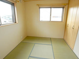 モダンな印象の和室は2面に窓があって明るい。