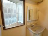 洗面所の出窓のデザインがユニーク。