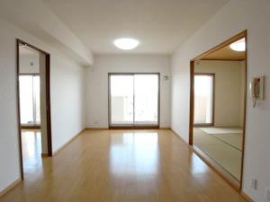 南東向きの3室(洋室・リビング・和室)をキッチン入口から望む。