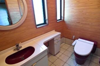 広々としたトイレはゆったりできそう。