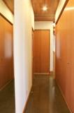 廊下に面して納戸や物入がズラリ。