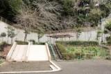 目の前に公園あり。滑り台と砂場があって遊びがいがありそう。