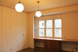 カントリー調のこの部屋は日差しもたっぷりでソーイング部屋にピッタリ。