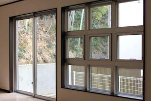窓がこれだけ個性的だからインテリアはシンプルにまとめたい。