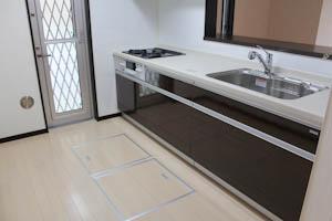 キッチンには床下収納がふたつも。
