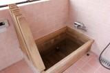 ヒノキの浴槽で自宅にいながら温泉気分。