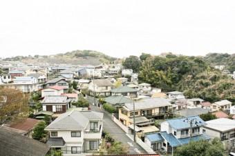 玄関脇や2階の窓から、緑豊かな住宅地や鎌倉山を一望。
