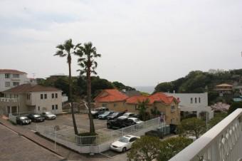 遠くに相模湾をのぞむ、バルコニーからの眺望