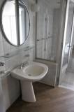 洗面所とガラス張りのバスルーム