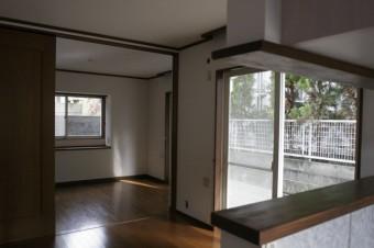 キッチンから眺める9.3帖ダイニングキッチンと5帖洋室