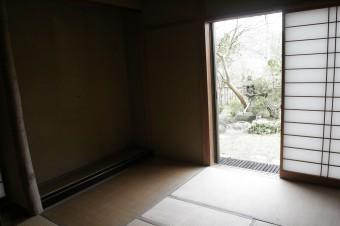 玄関脇にあるお茶室の向こうには茶庭が見える