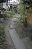 玄関左手、庭へのアプローチ
