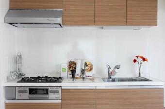 シンプルなデザインのキッチンだから、好きなものをセンス良く飾って。