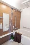 バスルームはホワイト×木目調で落ち着く。