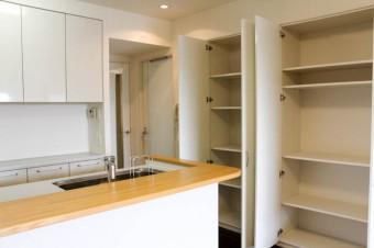 キッチン脇の収納は可動式の棚板ありで便利。