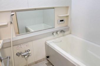 横長の鏡が浴室をより広く見せる。