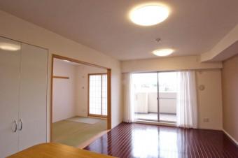 和室も含めるとかなりの広さになるリビング・ダイニング。