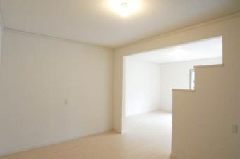 キッチンの背後にはまっさらな白い壁。