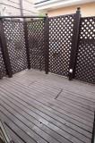 ウッドデッキにはフェンスがあって個室のよう。