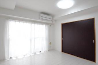 建具はダークトーン、床材はホワイト系で個性的。