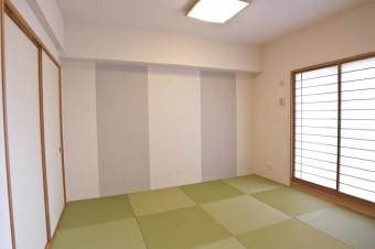 この壁紙使いがニクいモダンな和室。