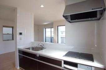 スタイリッシュなキッチンがこの空間にはよく似合う。