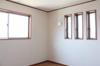 窓が個性的な寝室。