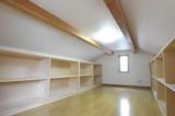 屋根裏の収納部屋は造作の棚が充実。