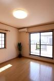 窓が2面にあって明るい寝室。