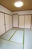 真新しい畳が気持ちの良い和室。