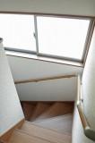 明かり取りや手すりのある階段