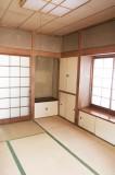 キッチンと磨りガラスの引き戸で繋がる7帖和室