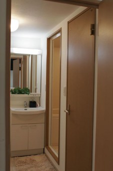 手前がトイレのドアで奥が浴室