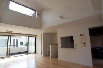 勾配天井のおかげでより広く感じられるリビング・ダイニング。