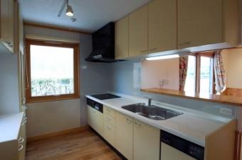 キッチン広々。窓も大きめで料理が楽しくなりそう。