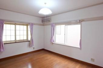 2階の洋室6帖は出窓付き。