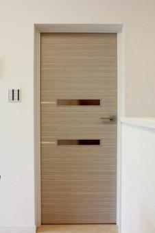 横にスリットの入ったドアがオシャレ。
