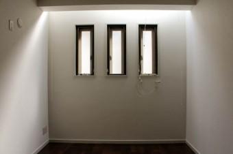 1階の洋室にもスリット状のトップライトが。