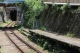 江ノ電で唯一のトンネル「極楽洞」が見られる。