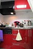 パッと華やかな印象のキッチン。