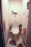 トイレは遊び心のある奥の小窓に注目。