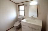 2階のトイレ。こんな立派な洗面台付き。