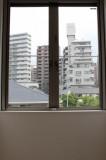 窓の外には藤沢のビル街。