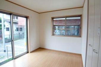 1階6帖の洋室には大きな掃き出し窓。