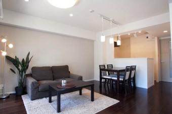 空間をうまく活かして配置された家具付き。