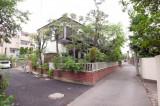近所には雰囲気のある家がちらほら。