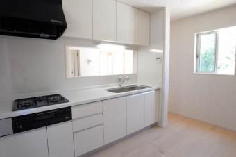 キッチンも白で統一。