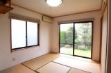 こちらは4.5帖の和室。